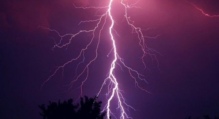 does lightning always hit the ground